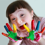 Dziewczyna z zespołełm downa, kolorowe dłonie